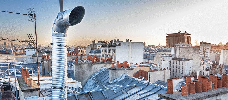 Tube de cheminée sur un toit