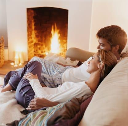Couple devant un feu de cheminée